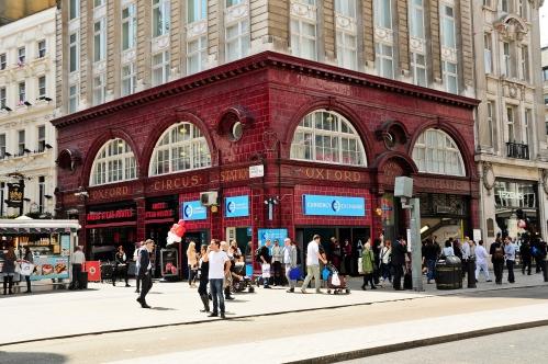 Oxford Circus: estação no edifício, calçada para pedestres