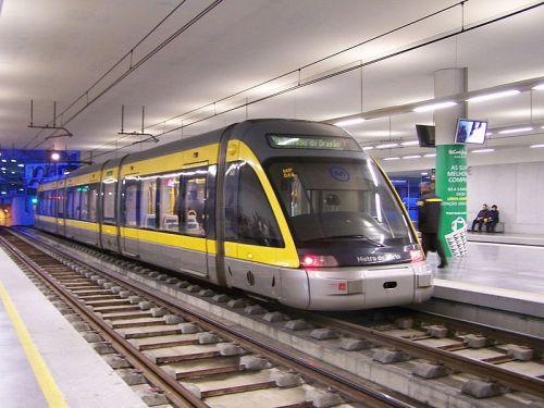 O metrô do Porto usa veículos leves em um sistema altamente segregado